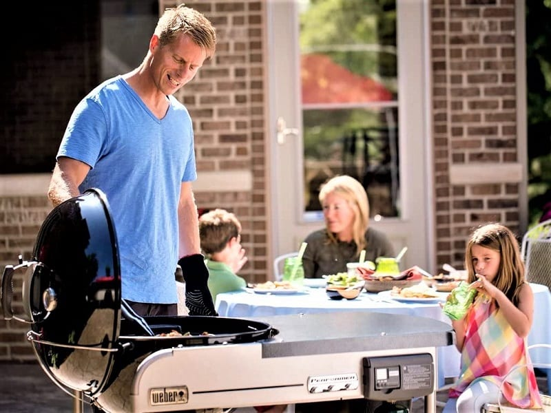 This Weber Performer Deluxe Grill is equipped with a gas-ignition system that works with a push of a button. This means you never have to fuss with lighting charcoal.